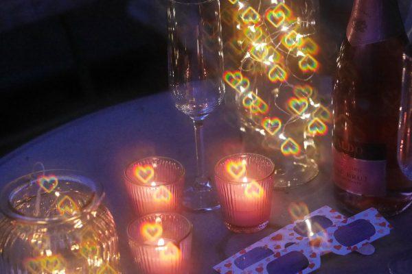 Tischdekoration mit Lichterketten, die den Herzeffekt der Herzbrille zeigt